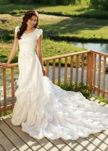 Скромное свадебное платье со шлейфом