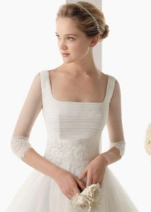 Квадратный вырез на скромном свадебном платье