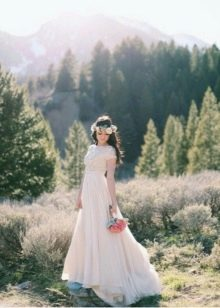 Скромный ажурный вырез на свадебном платье