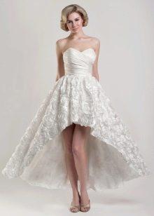 Короткое свадебное платье со шлейфом А-силуэта