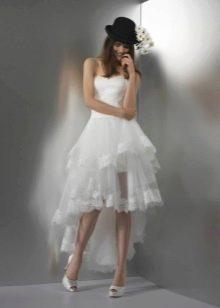 Короткое свадебное платье со шлейфом и шляпкой