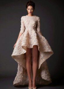 Прямое короткое свадебное платье со шлейфом