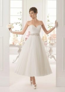 Свадебное платье миди с перчатками и поясом