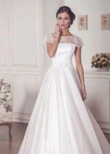 Пышное свадебное платье с коротким кружевным рукавом