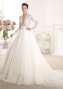 Свадебное платье с ажурным рукавом и глубоким вырезом