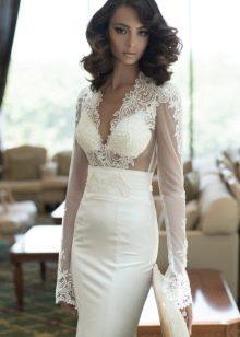 Свадебное платье с кружевной аппликацией на рукаве