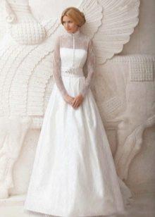 Свадебное платье с кружевными рукавами А-образное