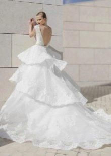 Свадебное пышное платье с многоярусной юбкой и шлейфом
