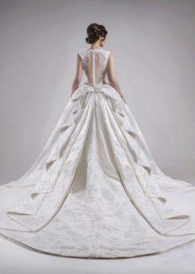 Свадебное пышное платье с декорированным шлейфом
