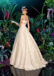 Пышное свадебное платье из кружева со шлейфом
