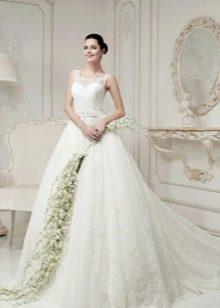 Свадебное пышное платье из кружева со шлейфом