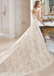 Свадебное платье из кружева со шлейфом пышное