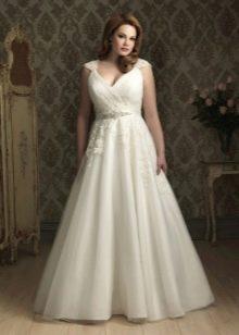 Свадебное платье для полных невест с кружевом