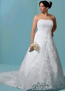 Свадебное платье со шлейфом и кружевом для полной невесты