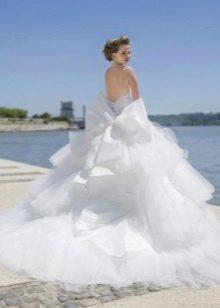 Свадебное платье пышное с каскадной юбкой и шлейфом