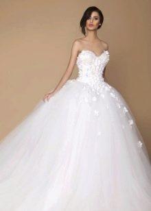 Пышное свадебное платье с вырезом сердце