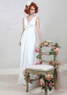 Прямое свадебное платье с V-образным декольте