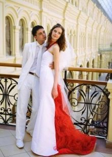 Красный элемент сзади на свадебном платье