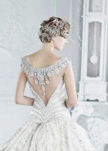 Свадебное платье с иллюзией открытой спины с декором