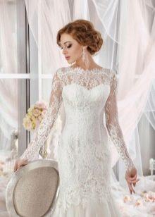 Свадебное платье с иллюзией декольте и рукавами