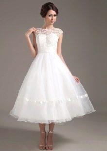 Свадебное платье миди с закрытым кружевным декольте
