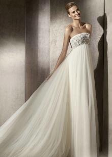 Свадебное платье ампир декорированное стразами и камнями