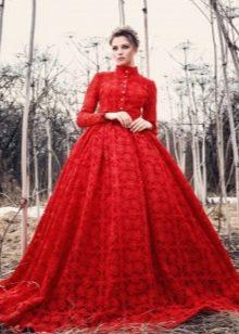 Красное пышное вечернее платье из гипюра