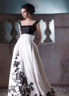 Вечернее платье простого кроя с ажурной аппликацией