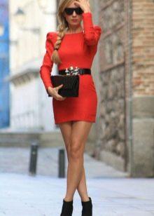 Короткое вечернее платье с рукавами красное