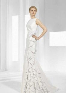 Атласное свадебное платье с воланами на лифе