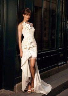 Короткое свадебное платье из атласа со шлейфом