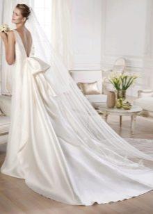 Свадебное платье из атласа со шлейфом