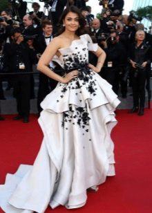 Пышное белое платье с черным декором
