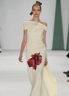 Бело платье с красным цветком от Каролины Хереры