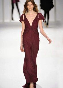 бордовое платье с глубоким вырезом