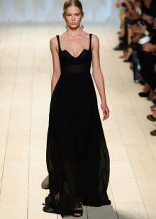 Черное вечернее платье с глубоким декольте