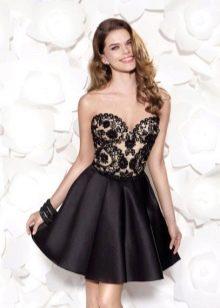 Короткое платье с черным кружевом
