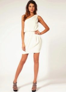 Короткое вечернее платье в греческом стиле на одно плечо