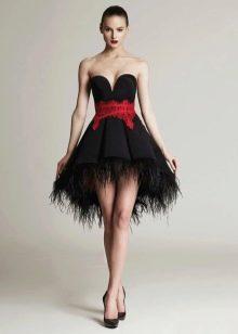 Короткое пышное вечернее платье с красным поясом