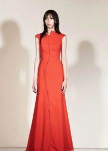 Закрытое красное вечернее платье