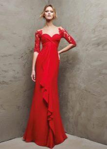 Красное вечернее платье с кружевными рукавами