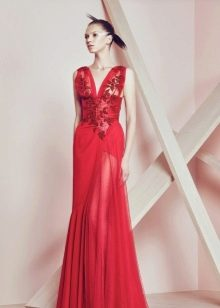 Красное вечернее платье с глубоким вырезом