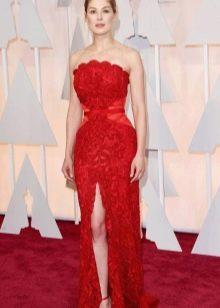 Красное вечернее платье с цветочным украшением