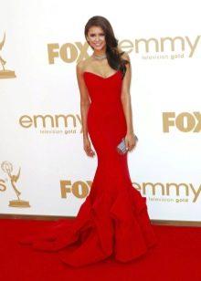 Красное вечернее платье на ковровой дорожке