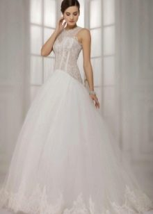 Пышное свадебное платье кружевное с заниженной талией