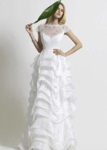 Свадебное платье с ажурным декольте