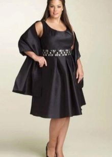 Короткое нарядное платье большого размера с пышной юбкой