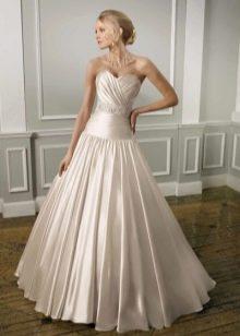Атласное свадебное платье с заниженной талей