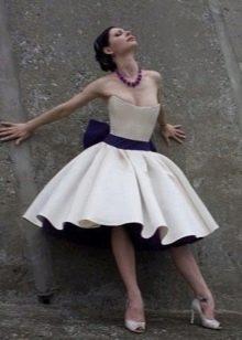 Свадебное пышное платье короткое с синим поясом