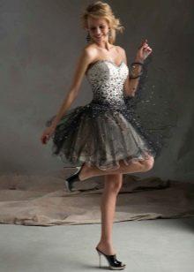 Короткое платье вечернее с корсетом украшенном стразами